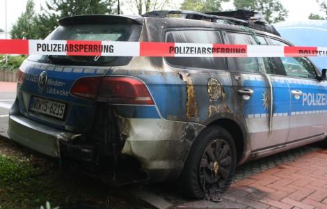 Streifenwagen direkt vor der Polizeiwache angezündet