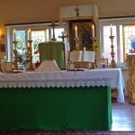 Altar aus ehemaligem Zuschneidetisch der Fabrik