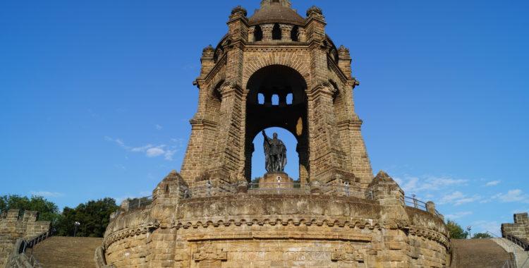 Holpriger Start am Porta Denkmal