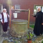 Schwester Humiliana+Abt. Thomas am Klosterbrunnen